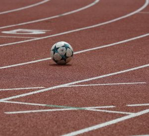 balón de fútbol 300x274 - El poder de los deportes para crear conciencia sobre enfermedades raras